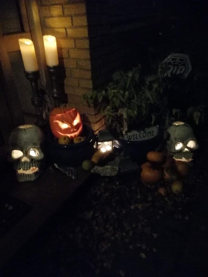 Halloweenpynt ved døren